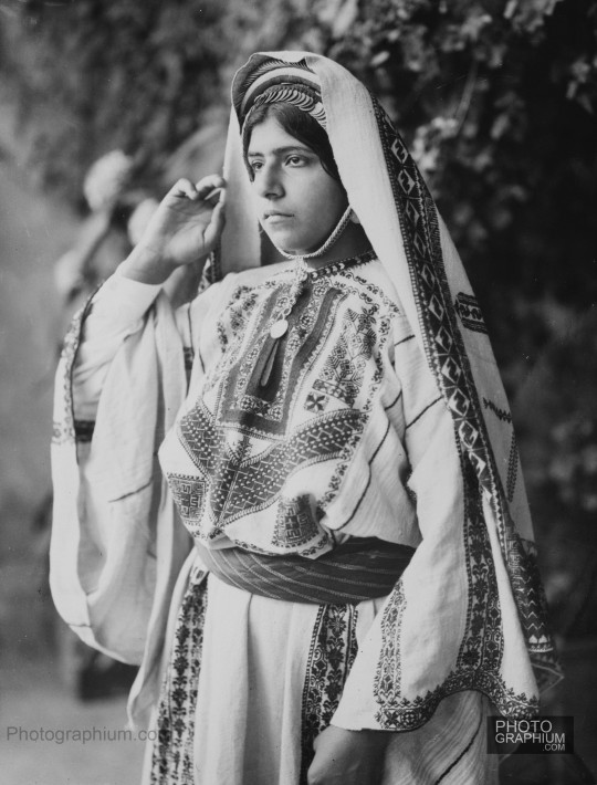 Ramallah_woman_in_embroided_costume